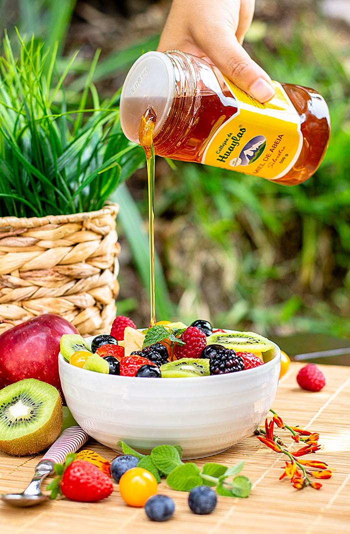 miel-de-abeja-cayendo-sobre-ensalada-de-frutas